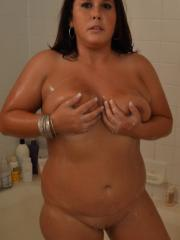Chubby girlfriend take pictures while she takes a shower
