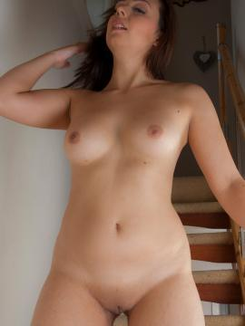 Alice Katz strips nude at home