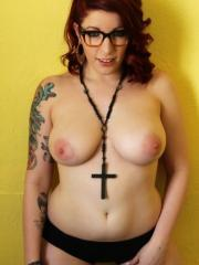 Redhead alt babe Selina Kyl shows you her big natural boobs
