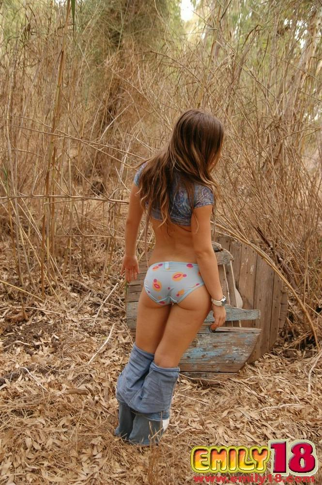 Teen girl emily 18 alone in the woods - Coed Cherry