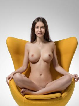 Alisa I shows nude body in Yellow