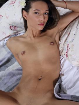 """Kenya strips nude and spreads in """"Axine"""""""
