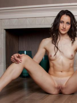 """Brunette babe Gladys stretches her legs in """"Primissima"""""""