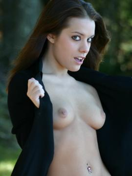 stunning-serena brunette outdoors topless