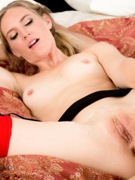 Blonde babe Mona Wales gets her tight pussy drilled hard
