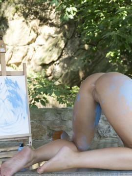 Blonde babe Tracy Delicious masturbates with her paint