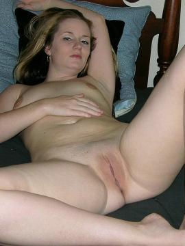 Amateur girl next door gets naked and spreads her legs at home