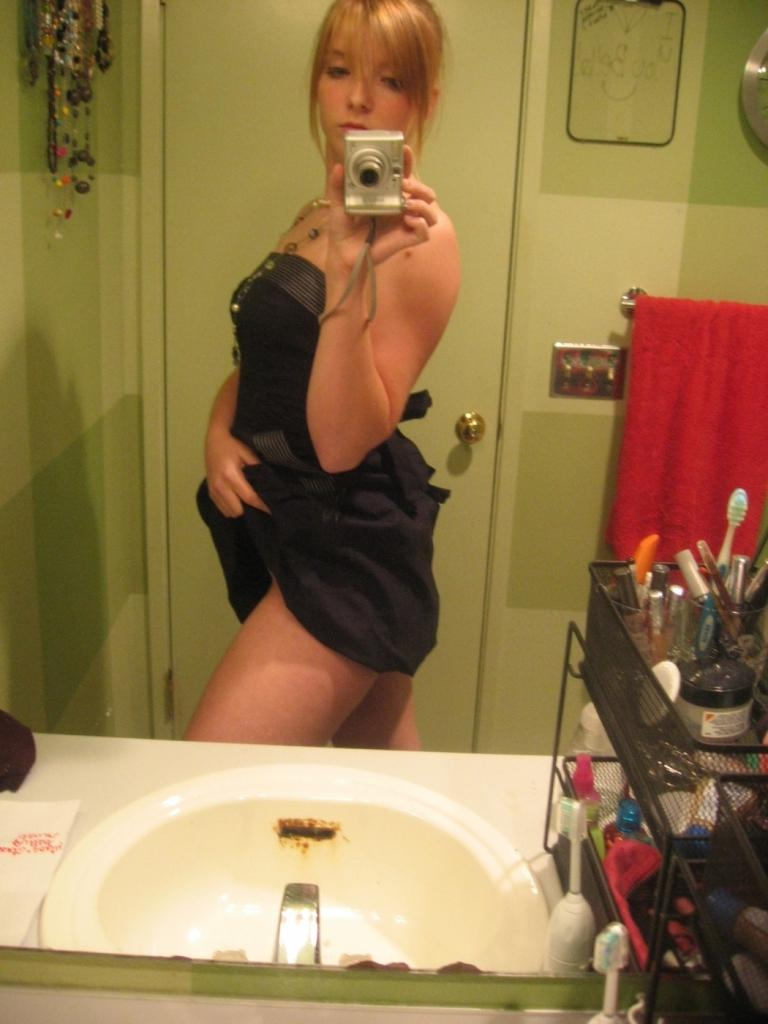 Amateur Coed Takes Some Nude Selfies In The Bathroom -7484